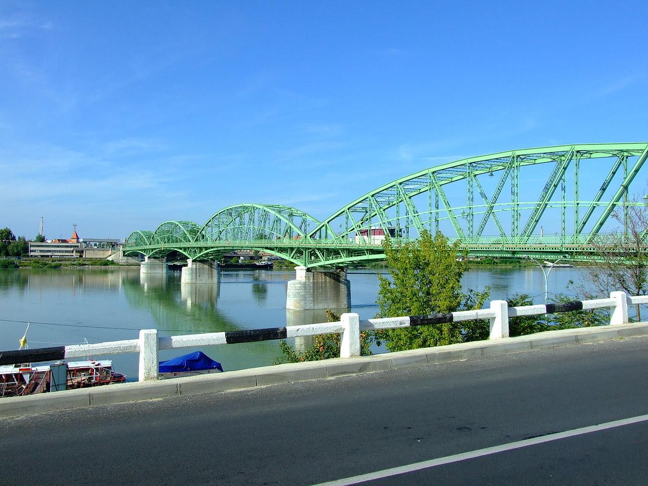Komárom, Brücke Und Donau