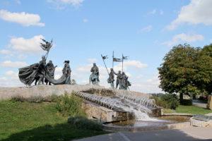 1280px-Tulln_-_Nibelungenbrunnen