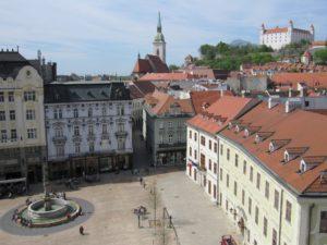 bratislava altstadt und blick auf das schloss