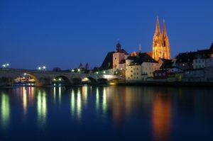 Regensburg dom beleuchtet mit donau